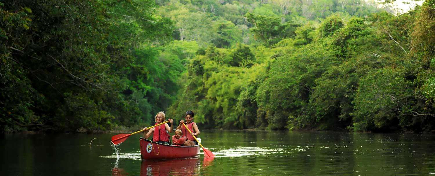 Belize canoeing tour with girl couple and kid at Chaa creek resort